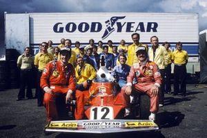 Photo d'équipe chez Ferrari avec Niki Lauda, Clay Regazzoni et la 312T