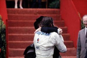 Helen felicita a Jackie Stewart, Tyrrell por ganar la carrera