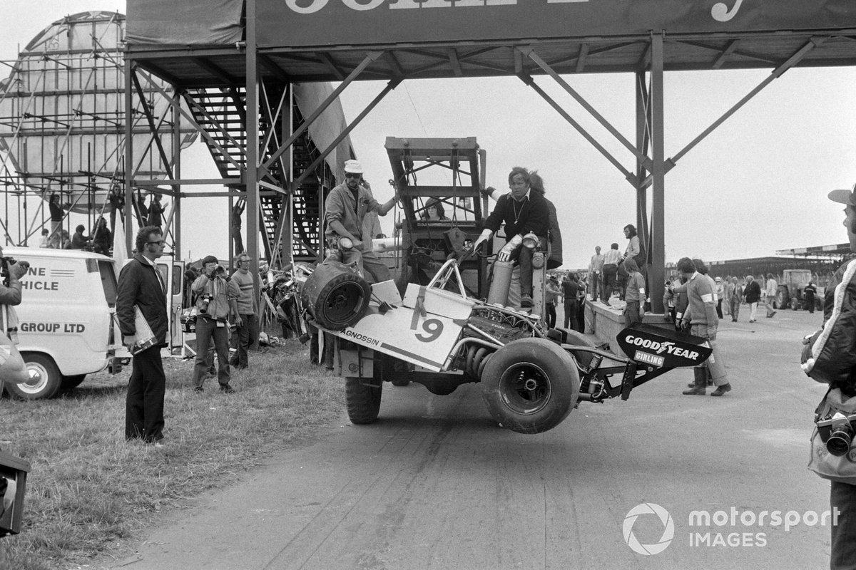 Los restos del Brabham BT42 Ford de Andrea de Adamich son remolcados