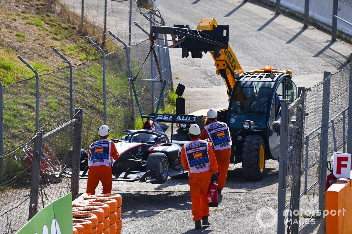 El monoplaza de Max Fewtrell, Hitech Grand Prix Being es removido