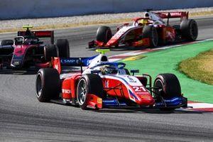 Robert Shwartzman, Prema Racing, precede Callum Ilott, UNI-VIRTUOSI, e Mick Schumacher, Prema Racing