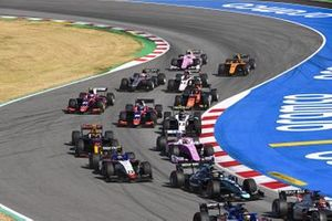 Sean Gelael, Dams, leads Pedro Piquet, CHAROUZ RACING SYSTEM, Artem Markelov, BWT HWA RACELAB, Jehan Daruvala, Carlin, Christian Lundgaard, ART Grand Prix, Roy Nissany, Trident, and the remiander of the field at the start