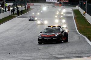La gara inizia dietro la Safety Car