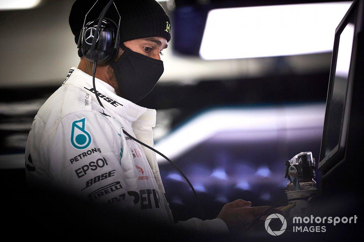 Lewis Hamilton con mascarilla