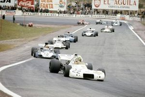 Wilson Fittipaldi, Brabham BT33 Ford devant Mike Hailwood, Surtees TS9B Ford et Peter Revson, McLaren M19A Ford