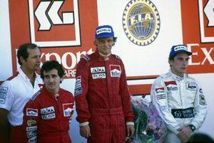 Podium: 1. Alain Prost, 2. und Weltmeister Niki Lauda, 3. Ayrton Senna, mit Ron Dennis