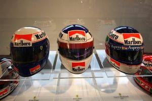 Cascos de los ex pilotos de Ferrari Alain Prost, Jean Alesi y Gianni Morbidelli, Ferrari