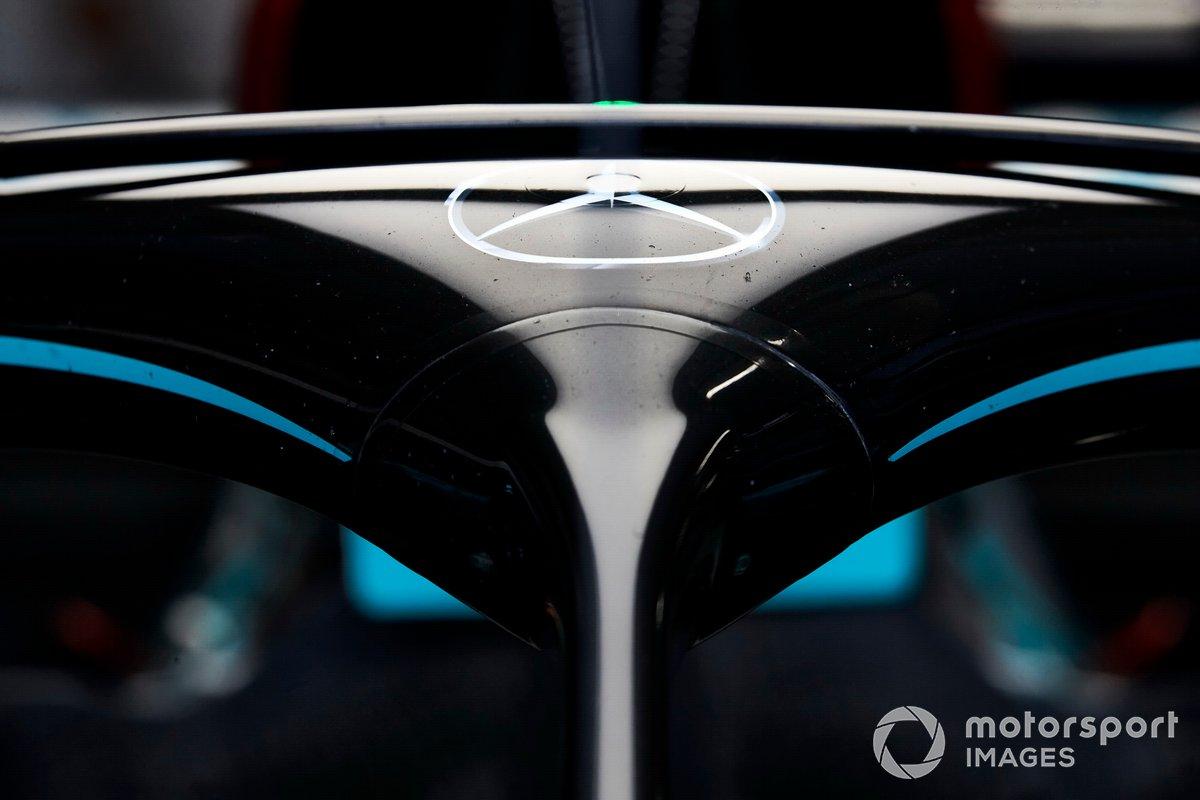 Il logo Mercedes sull'halo di una Mercedes F1 W11