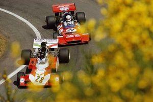 Andrea de Adamich, Surtees TS9B Ford, delante de Derek Bell, Tecno PA123, durante la práctica
