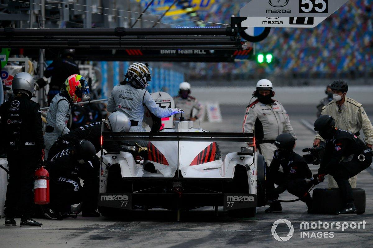 #77 Mazda Team Joest Mazda DPi, DPi: Oliver Jarvis, Tristan Nunez pit stop