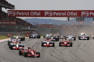 Felipe Massa, Ferrari F2008, Lewis Hamilton, McLaren MP4-23 Mercedes, Heikki Kovalainen, McLaren MP4-23 Mercedes, and Kimi Raikkonen, Ferrari F2008, lead te field at start