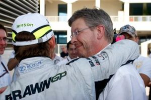 Ross Brawn, director del equipo, Brawn GP con el ganador de la carrera Jenson Button, Brawn GP BGP001 Mercedes