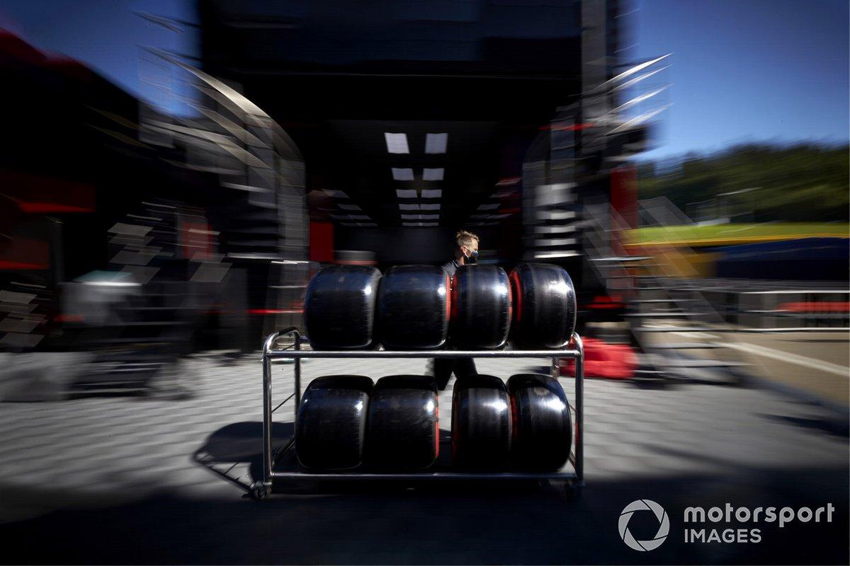Mecánico de Mercedes-AMG Petronas F1 con neumáticos Pirelli