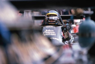Ronnie Peterson, Lotus 79 Ford, waits in the pits