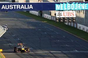 El ganador de la carrera Sebastian Vettel, Red Bull Racing RB7 toma la bandera a cuadros al final de la carrera.