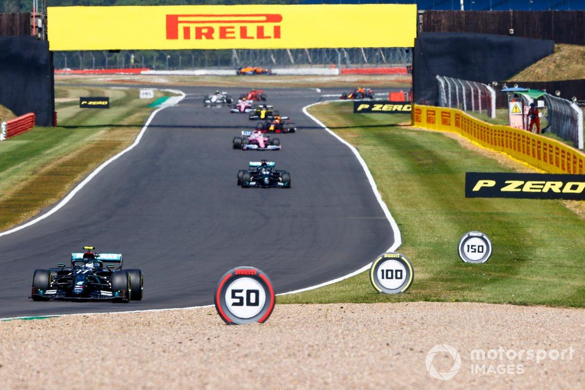 Valtteri Bottas, Mercedes F1 W11, Lewis Hamilton, Mercedes F1 W11 en la vuelta de formación