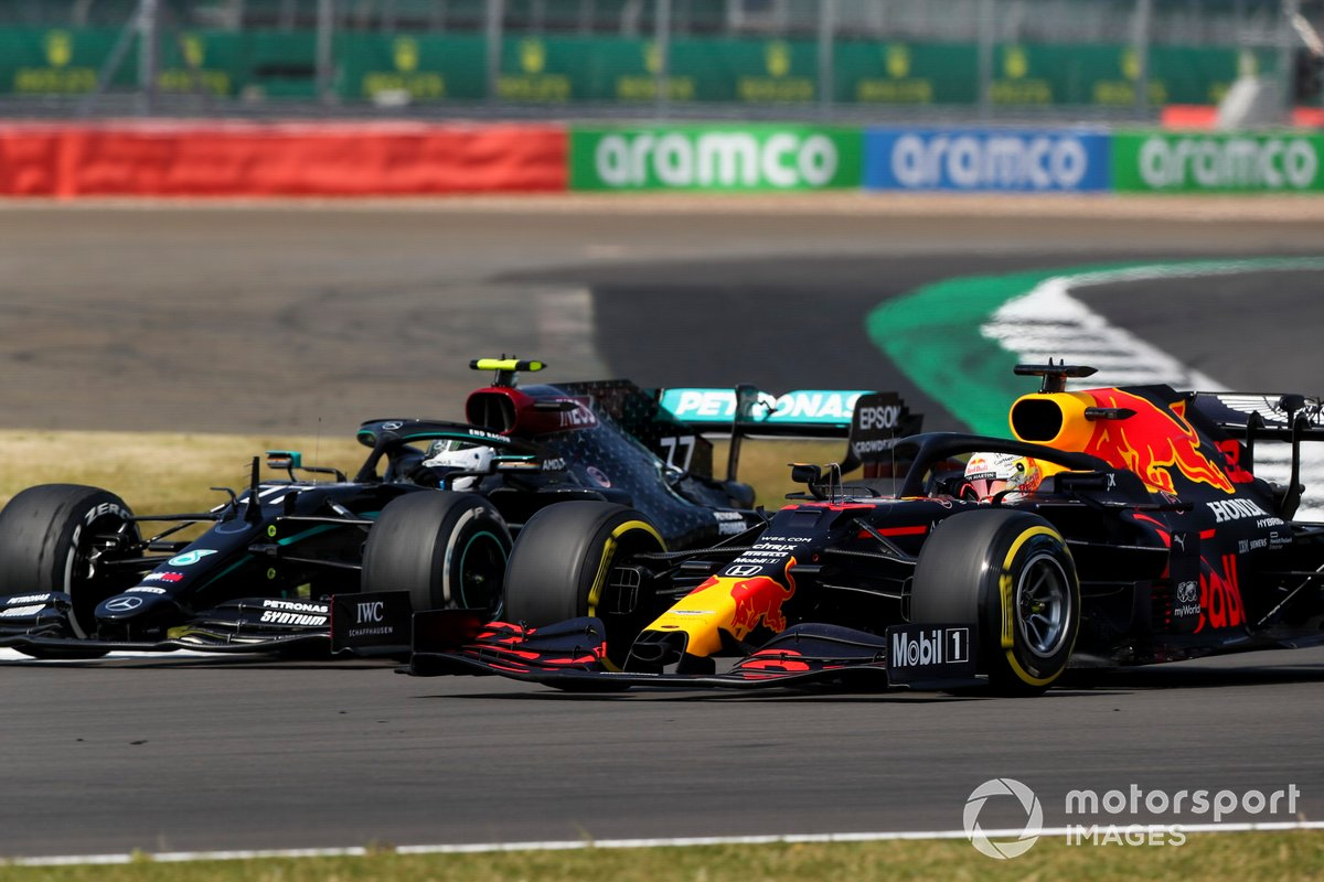 Valtteri Bottas, Mercedes F1 W11 e Max Verstappen, Red Bull Racing RB16 in battaglia per il primo posto in gara