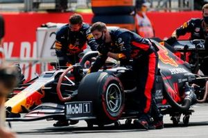 Mechanics pushing the car of Max Verstappen, Red Bull Racing RB16 on the grid
