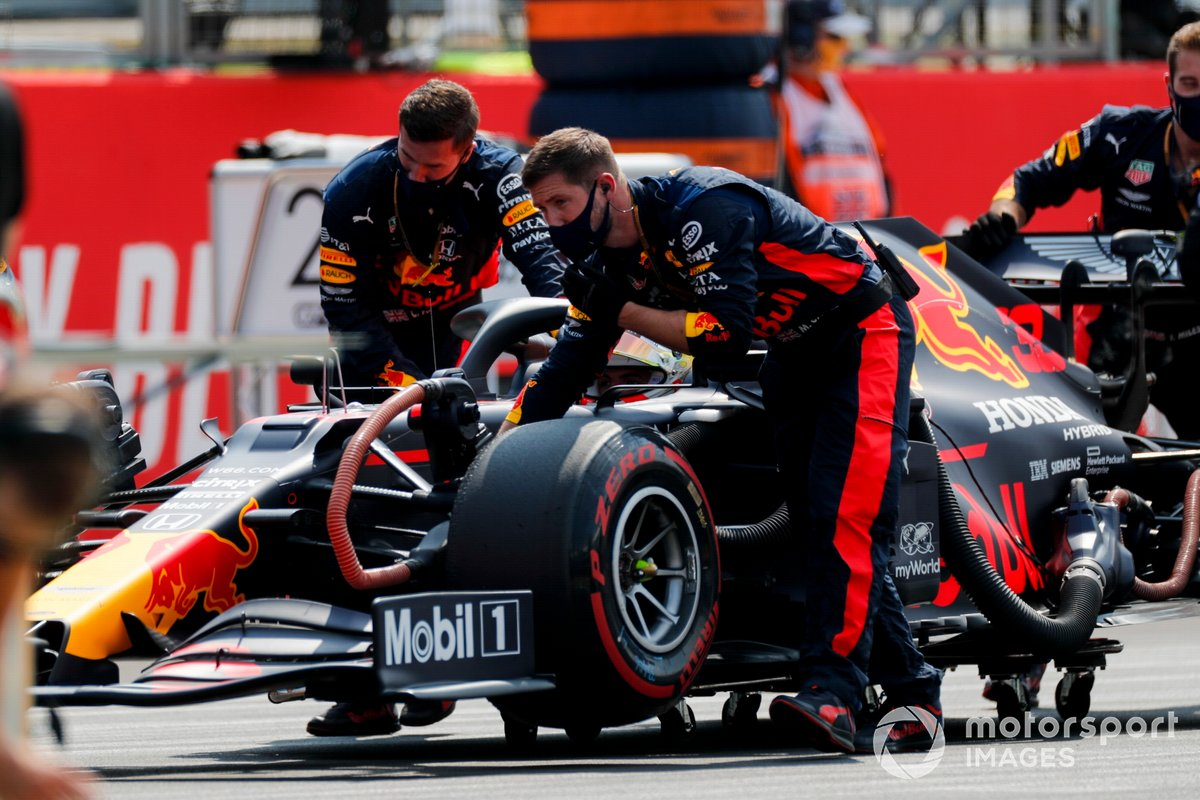 Mecánicos empujando el monoplaza de Max Verstappen, Red Bull Racing RB16 en la parrilla