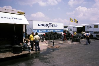 Los técnicos de Goodyear trabajan en su área en el paddock