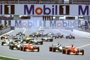 Michael Schumacher, Ferrari F1-2000, David Coulthard, McLaren MP4/15 Mercedes al inicio