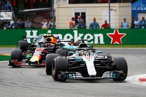 Lewis Hamilton, Mercedes AMG F1 W09, devant Max Verstappen, Red Bull Racing RB14, et Valtteri Bottas, Mercedes AMG F1 W09