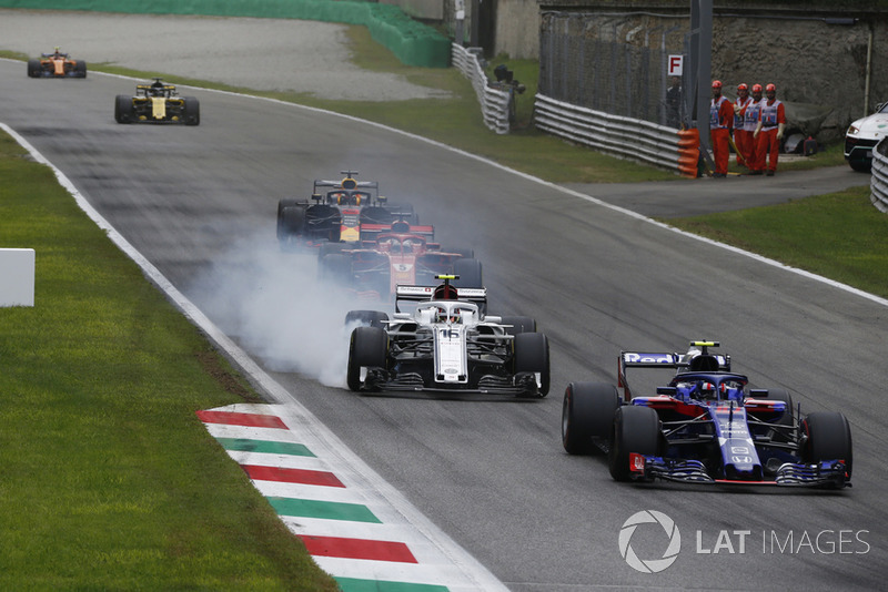 Charles Leclerc, Sauber C37 locks up behind Pierre Gasly, Scuderia Toro Rosso STR13