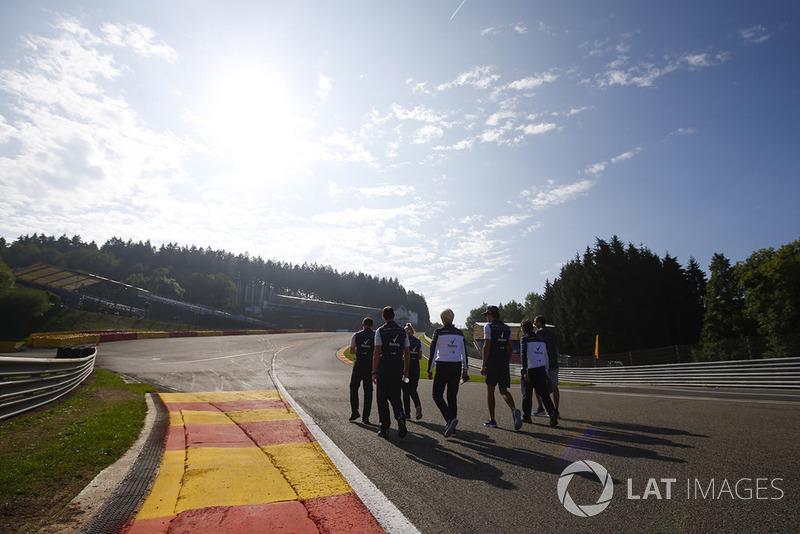 Lance Stroll, Williams Racing, cammina lungo il circuito con i colleghi