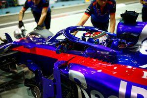 Brendon Hartley, Toro Rosso STR13, est ramené dans son garage