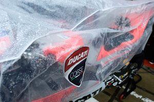 Bike von Ducati unter Regenplane