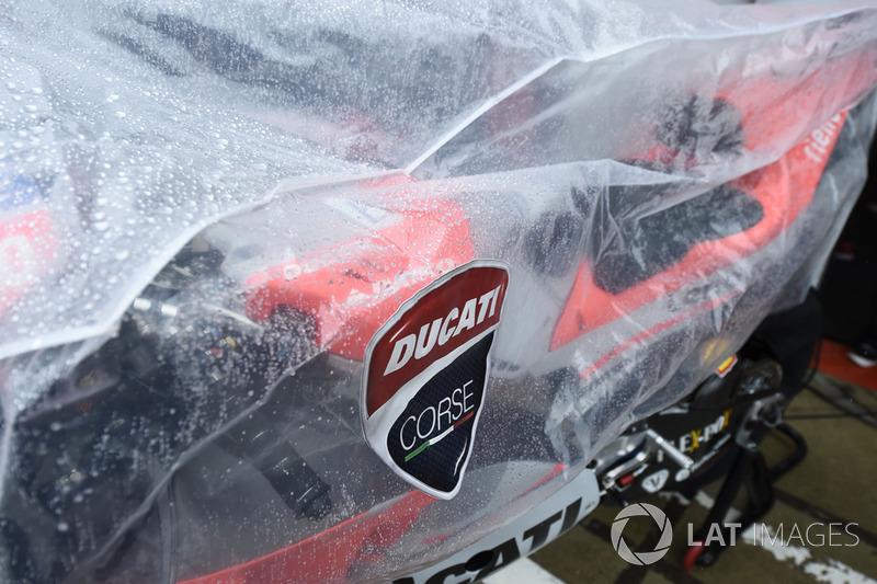 Ducati tapada para protegerla de la lluvia durante el Gran Premio de Gran Bretaña