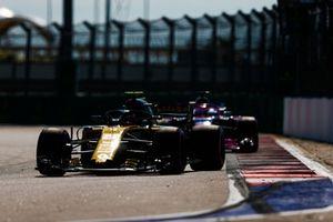 Carlos Sainz Jr., Renault Sport F1 Team R.S. 18, devant Sergio Perez, Racing Point Force India VJM11
