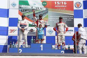 Podio Gara 2: il secondo classificato Claudio Giudice, Scuderia Giudici, il vincitore della gara Andrea Gagliardini, Best Lap, il terzo classificato Lorenzo Pegoraro, Best Lap