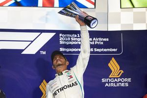 Lewis Hamilton, Mercedes AMG F1, 1° classificato, alza il trofeo, sul podio