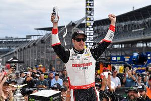 Brad Keselowski, Team Penske, Ford Fusion Discount Tire celebra su victoria.