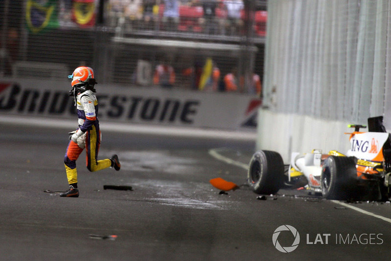Nelson Piquet Jr., Renault F1 Team R28 percute le mur