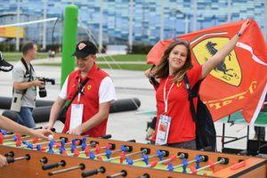 Des fans de Ferrari jouent au baby-foot