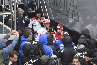 Cal Crutchlow, Team LCR Honda, et Marc Marquez, Repsol Honda Team, quittent la réunion de la Commission de sécurité