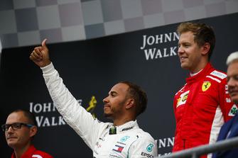 Льюіс Хемілтон, Mercedes AMG F1, 2-а позиція, та Себастьян Феттель, Ferrari, 1-й позиція, на подіумі