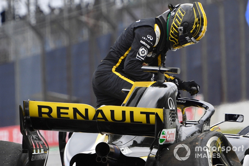 Nico Hulkenberg, Renault Sport F1 Team R.S. 18 crashed in FP2