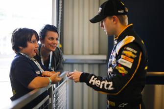 William Byron, Hendrick Motorsports, Chevrolet Camaro Hertz with fans