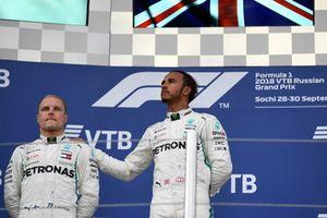 Lewis Hamilton, Mercedes AMG F1 en Valtteri Bottas, Mercedes AMG F1 op het podium