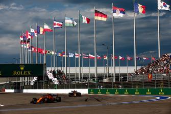 Stoffel Vandoorne, McLaren MCL33, voor Max Verstappen, Red Bull Racing RB14