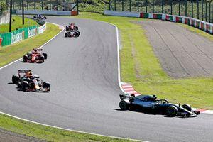 Valtteri Bottas, Mercedes AMG F1 W09 voor Max Verstappen, Red Bull Racing RB14