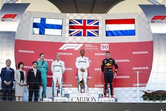 Winnaar Lewis Hamilton, Mercedes AMG F1 op het podium met Valtteri Bottas en Max Verstappen, Red Bull Racing