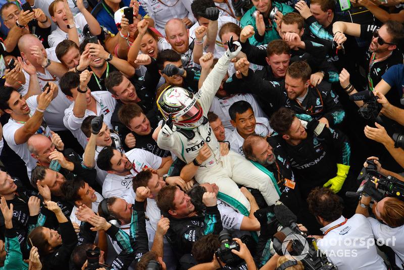 Lewis Hamilton, Mercedes AMG F1, festeggia nel parco chiuso con i suoi meccanici