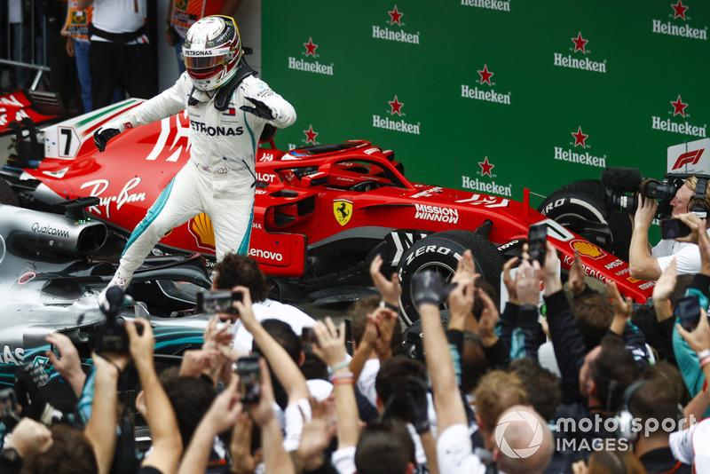 Льюис в четвертый раз в карьере выиграл как минимум десять гонок в сезоне: 11 в 2014 году, и по десять в 2015 и 2016 годах. Михаэль Шумахер (11 в 2002-м и 13 в 2004-м) и Себастьян Феттель (11 в 2011-м и 13 в 2013-м) сделали это дважды