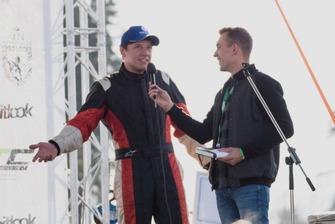 Андрій Скуз дає коментар після нагородження Максиму Подзігуну