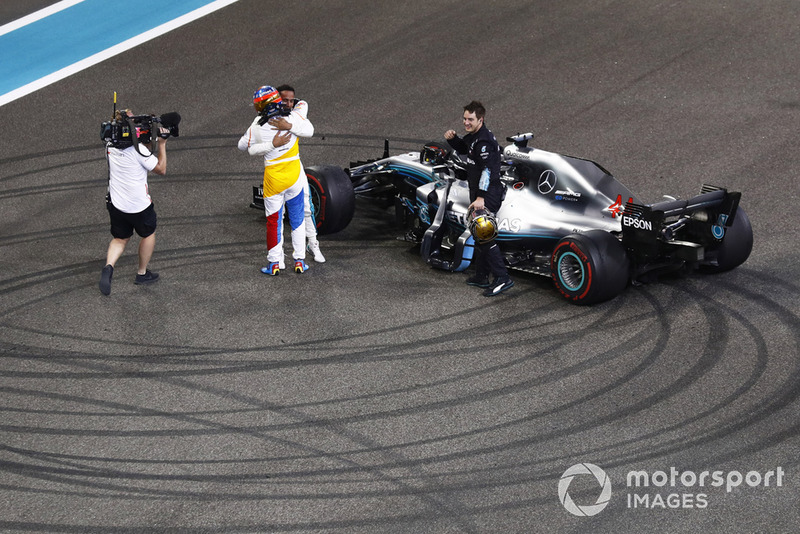 Fernando Alonso, McLaren, salue Lewis Hamilton, Mercedes AMG F1 W09 EQ Power+, à la fin de la course