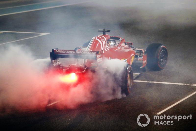 Sebastian Vettel, Ferrari SF71H, realiza donuts en la parrilla al final de la carrera.